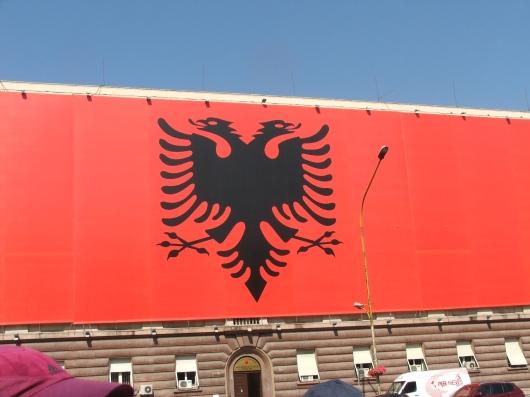הדגל של אלבניה על בניין מול משרד ראש הממשלה בעיר הבירה, טיראנה