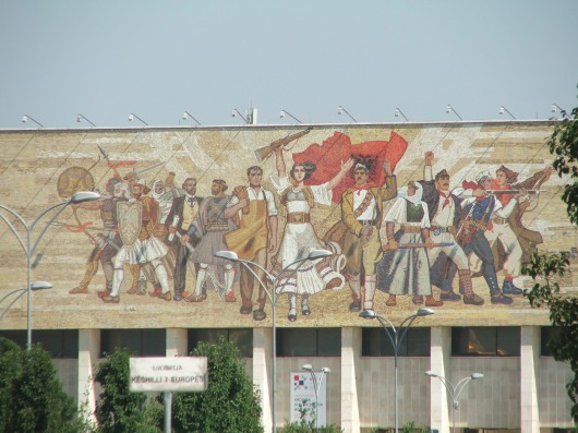 ציור קיר בטיראנה ,הבירה, שנותר מימי הקומוניזם
