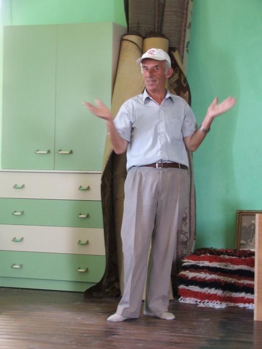מוסלמי בקטשי שארח אותנו בחדר אורחים הסמוך למסגד