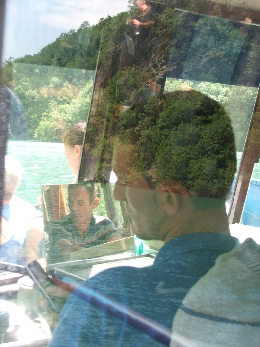 הנהג של המעבורת. צילום מבעד לחלון